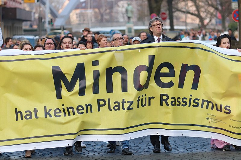 Menschenkette gegen Rassismus auf dem Mindener Marktplatz